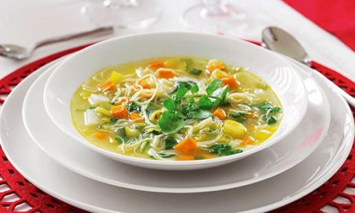 Sopa de legumes com agrião
