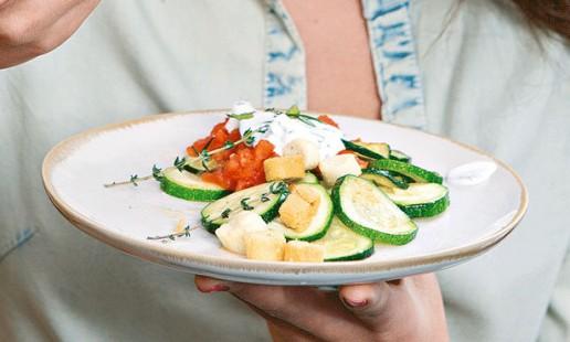 Courgette e tomate salteados
