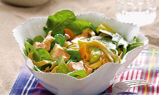 Salada fria de massa com salmão