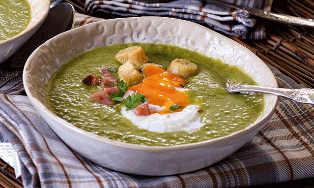 Sopa de ervilhas com ovo escalfado