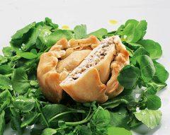 Empadas de galinha com salada de agrião