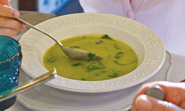 Sopa de favas com courgettes e espinafres