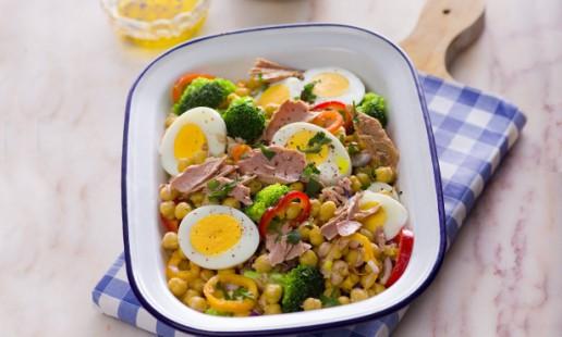 Salada morna de grão com atum