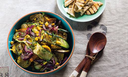 Salada de vegetais grelhados com pão pita