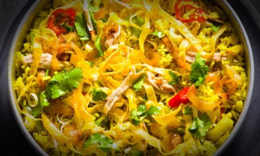 Arroz frito com galinha e legumes