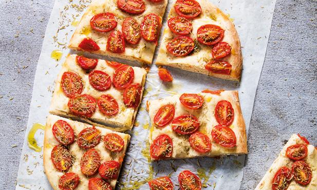 Focaccia com alecrim e tomate