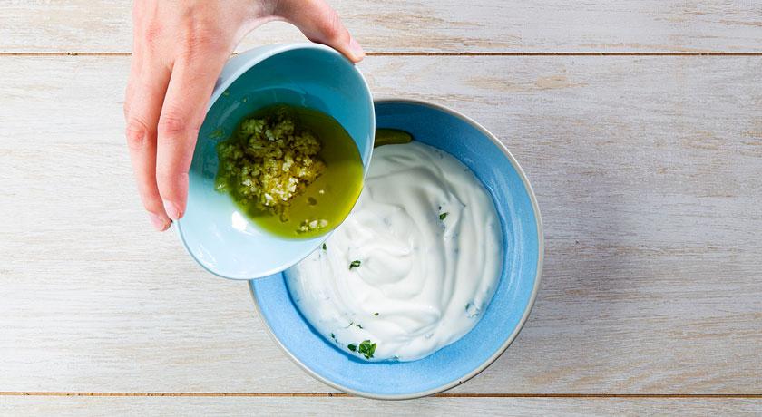 Molho de iogurte em 4 passos