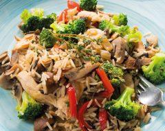 Arroz selvagem de frango com legumes