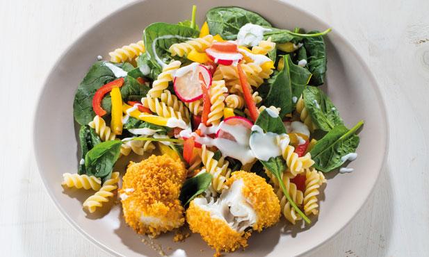 Douradinhos de pescada com salada colorida de massa