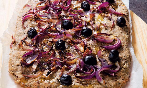 Focaccia rústica de cebola roxa e azeitonas pretas
