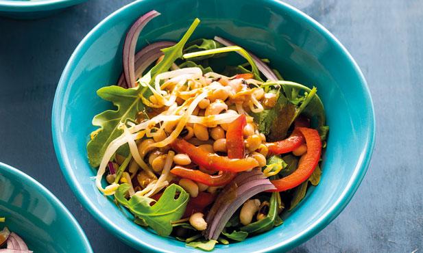 Salada morna de feijão-frade com pimento e rúcula
