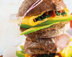 Sanduíche de omeleta com espinafres