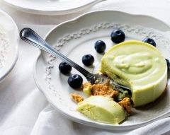 Semi-frio de abacate e iogurte com mirtilos