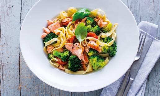 Massa com salmão e brócolos