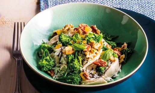 Salada morna de arroz selvagem com frango