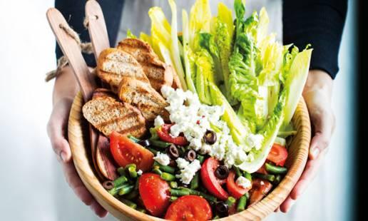 Salada verde com tomate e molho de manjericão