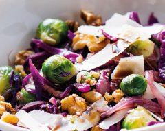 Salada de couve-de-Bruxelas, nozes e queijo
