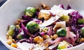 Salada de couve-roxa, queijo e nozes
