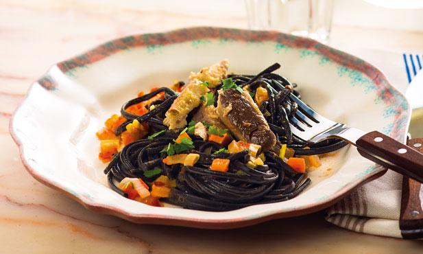 2ª feira: linguine negro com tomate e sardinhas