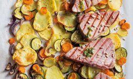 Atum grelhado com legumes no forno