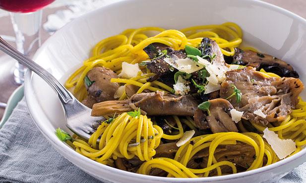 Esparguete com cogumelos e ervas aromáticas