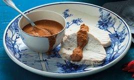 Peito de peru com molho picante de chocolate