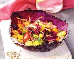 Salada de Verão em taça de couve-roxa