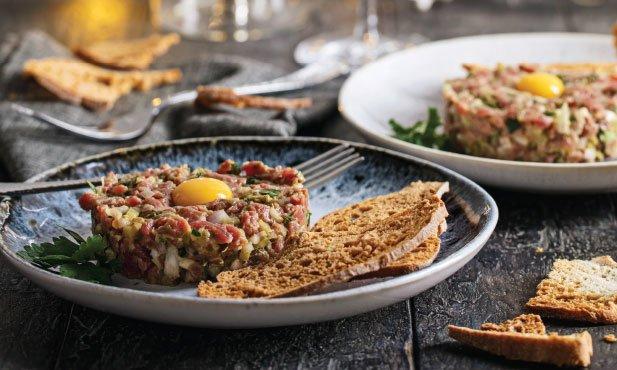 Tártaro de vaca com tostas e ovos de codorniz