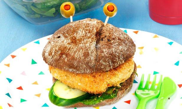Hambúrguer de grão no pão e salada