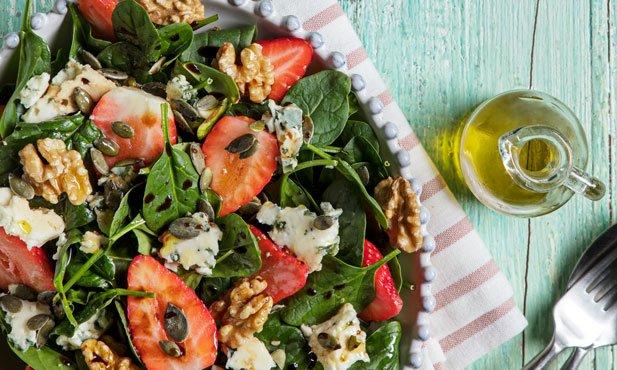 Salada de morangos com noz e Roquefort