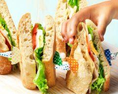 Sanduíche com queijo e fiambre de peru