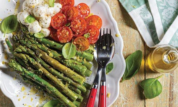 Espargos grelhados com tomate e manjericão