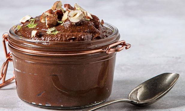 Mousse de chocolate com avelã e abacate