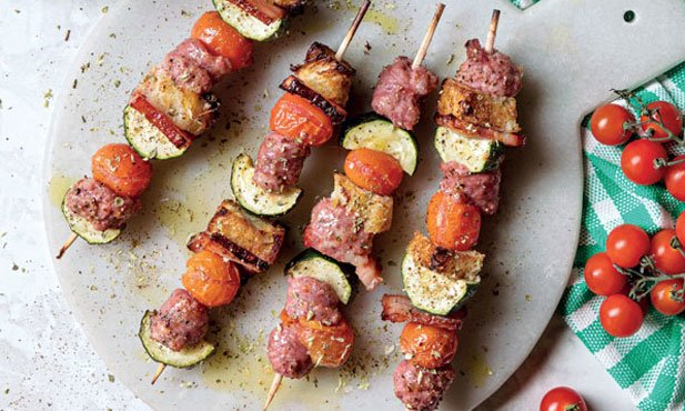 Espetadas de salsichas frescas