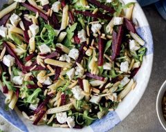 Salada de macarronete com rúcula e beterraba