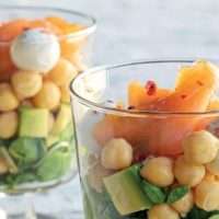 Salada de salmão fumado, abacate e grão