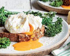 Tosta com ovo escalfado e bimis