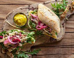 Sanduíche de entremeada com pickles