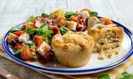 Empadas de galinha com salada e molho de pimento