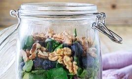Salada de quinoa, feta e mirtilos