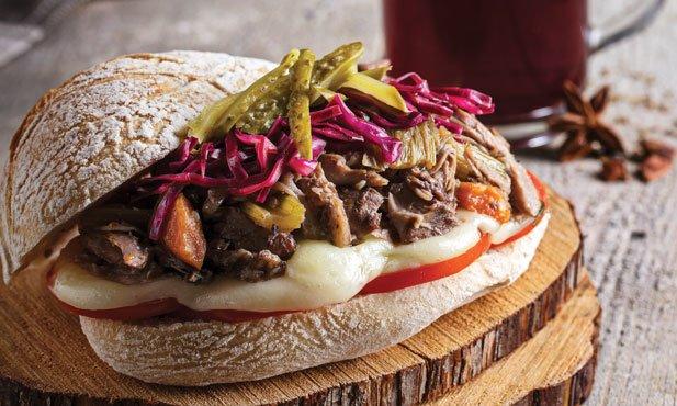 Sanduíche de pernil com queijo de ovelha