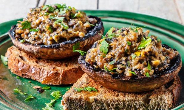 Cogumelos recheados com ovos e farinheira
