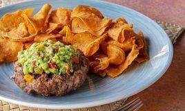 Hambúrguer com molho de abacate