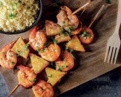 Espetadas de camarão e ananás