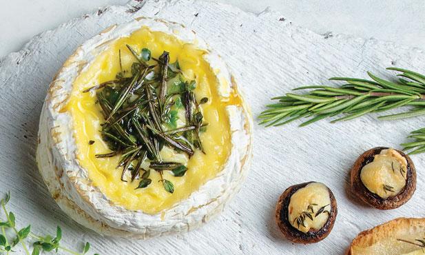 Queijo Camembert derretido com ervas
