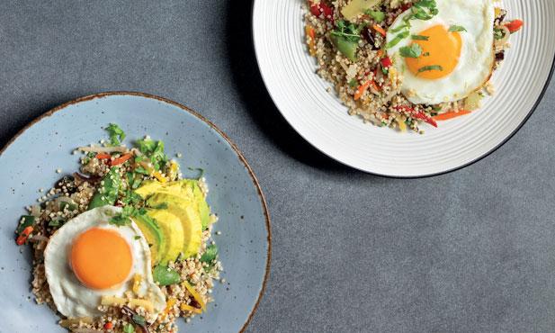 Quinoa salteada com ovo e abacate