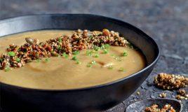 Sopa de castanhas com crocante de sementes