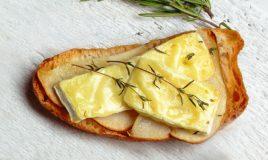 Tostas com queijo Brie e pêra