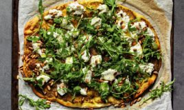 Pizza com burrata e pesto