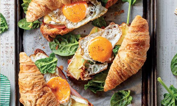 Croissants recheados com ovo